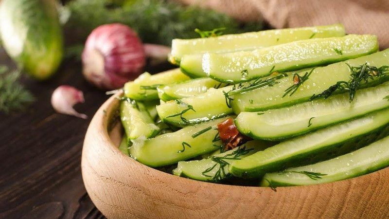 Малосольные огурцы в пакете с чесноком и зеленью быстрого приготовления