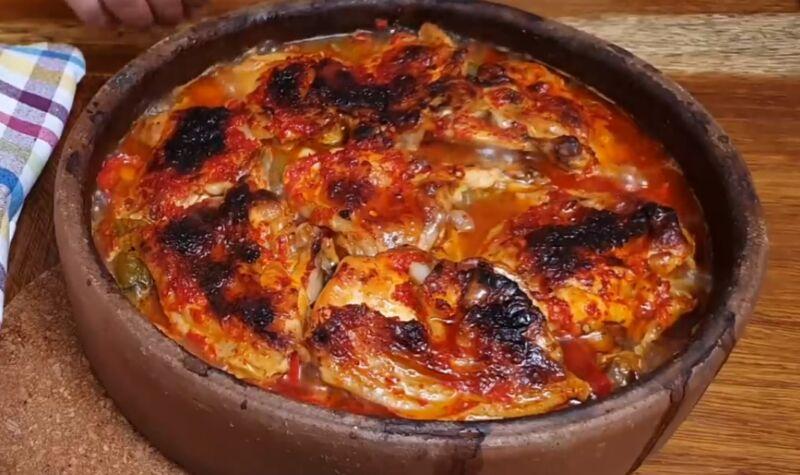 Рецепт нежнейшего куриного мяса в духовке с овощным соусом и домашними пышками